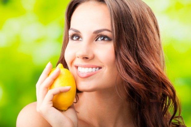 Sucul de lămâie – un remediu rapid împotriva coșurilor